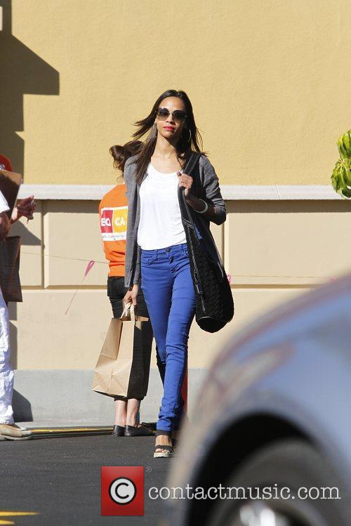 zoe saldana leaving the grocery store in 5775006