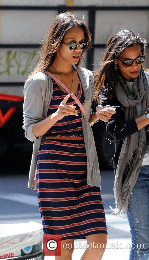 zoe saldana sharing an earbud headphone on 5840123
