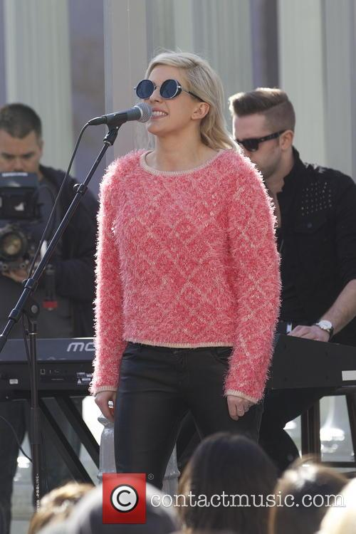 Ellie Goulding performs a free impromptu show