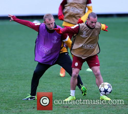 Wesley Sneijder and Semih Kaya 6