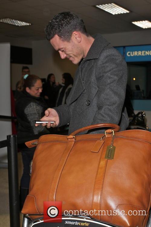 luke evans celebrities arriving at lax airport 3519041
