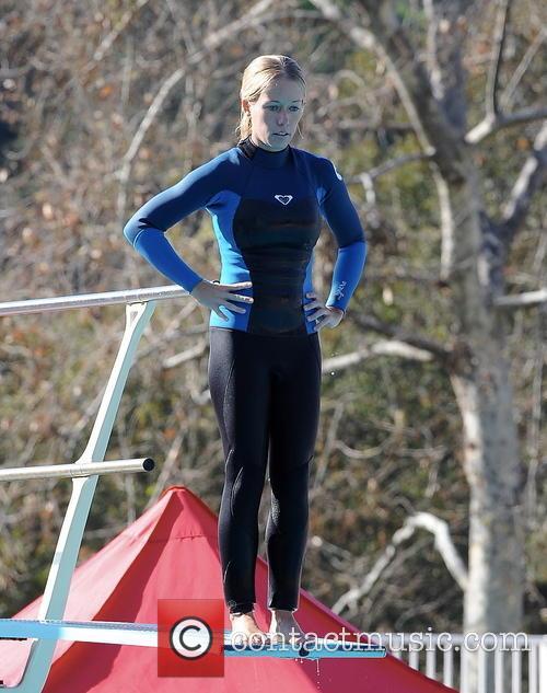 Kendra Wilkinson practice her diving form