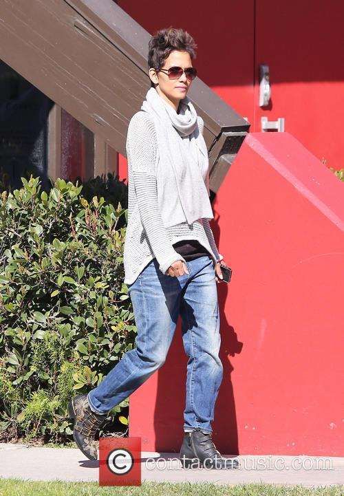 Halle Berry collects her daughter from school