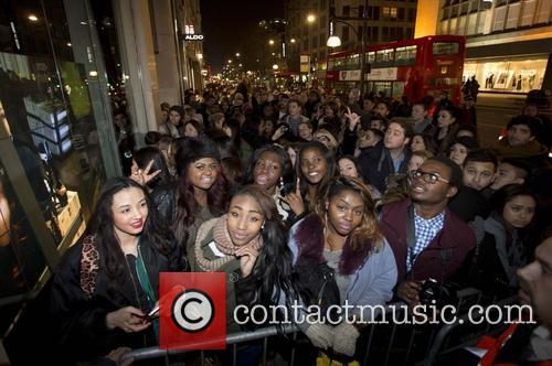fans rihanna for river island store launch 3539800