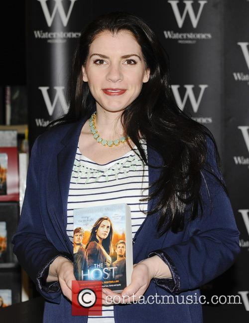 Stephenie Meyer - Stephenie Meyer promotes and signs copies of her new book 'The Host' at Waterstones - London, United Kingdom