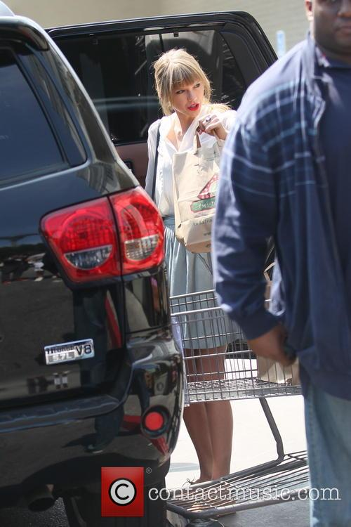 taylor swift taylor swift shops for groceries 3585833