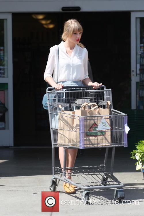 taylor swift taylor swift shops for groceries 3585839