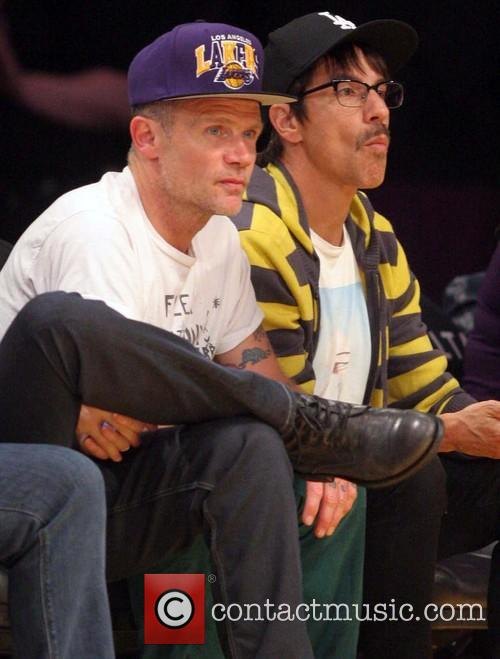 Flea an Anthony Kiedis watch a Lakers game