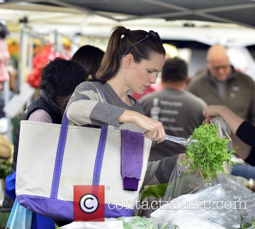 Jennifer Garner takes her daughters to a local Farmer's Market
