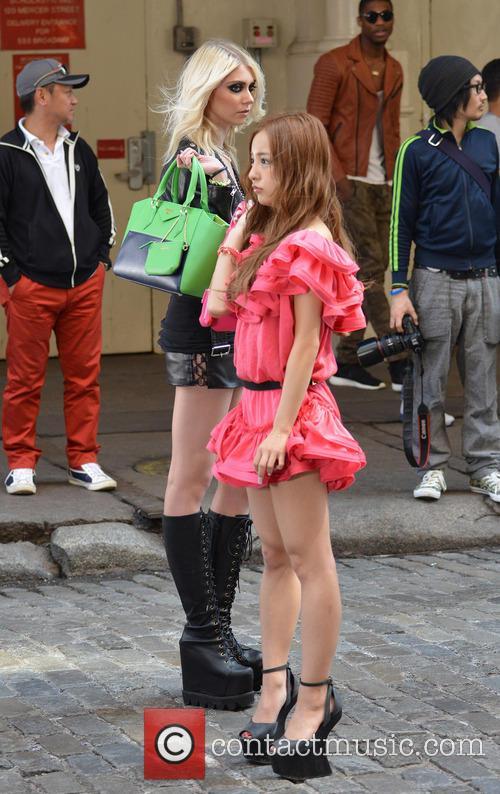 Taylor Momsen and Tomomi Itano 7
