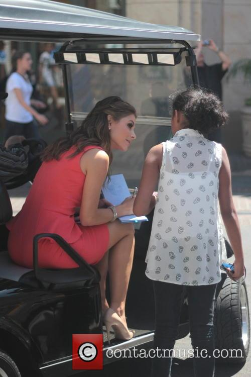 Maria Menounos and Fan 3