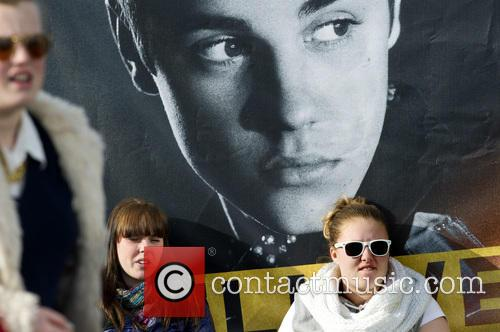 fans justin bieber performs to a sold out 3604310