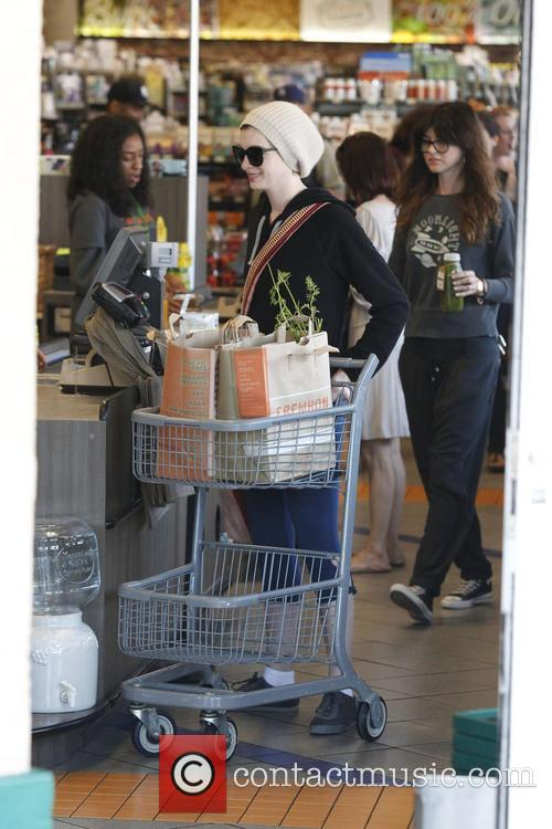 anne hathaway anne hathaway out shopping 3635927