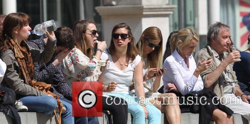 People Enjoy Lunch In The Sun On Chelseas' Kings Road 2