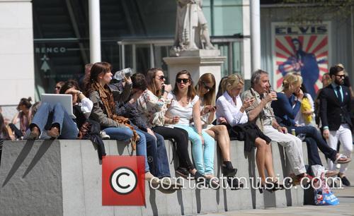 People Enjoy Lunch In The Sun On Chelseas' Kings Road 1