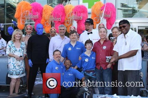 Penn Jillette, Taylor Hicks, George Wallace, Teller, Las Vegas Show Girls, Residents of Opportunity Village and Blue Man Group 2