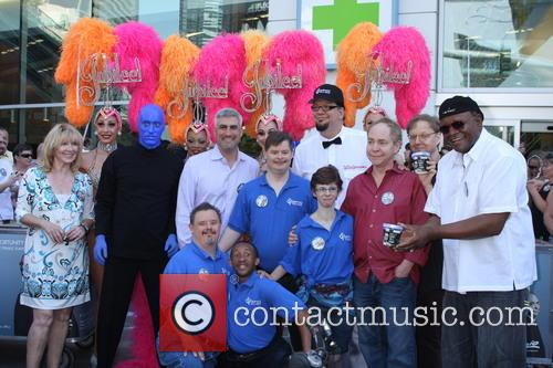 Penn Jillette, Taylor Hicks, George Wallace, Teller, Las Vegas Show Girls, Residents of Opportunity Village and Blue Man Group 3