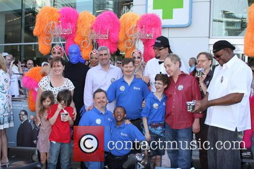 Penn Jillette, Taylor Hicks, George Wallace, Teller, Las Vegas Show Girls, Residents of Opportunity Village and Blue Man Group 1