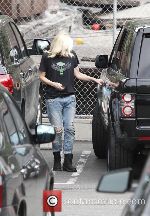 Gwen Stefani returning to her car