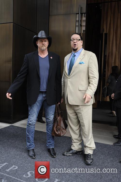 trace adkins penn jillette celebrities outside their hotels 3665917
