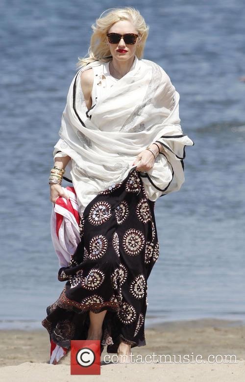 Gwen Stefani takes her sons to a beach...