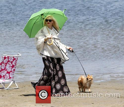 Gwen Stefani takes her sons to a beach party