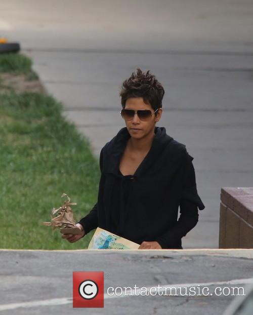 halle berry a pregnant halle berry brings 3679050