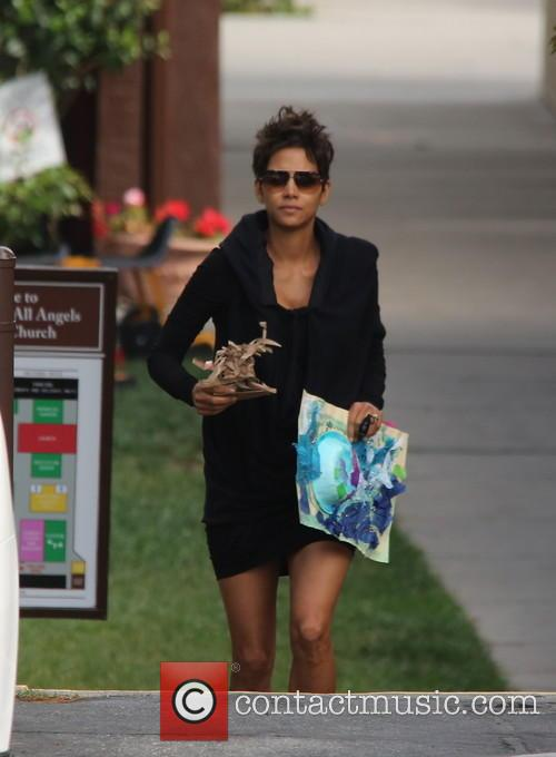 halle berry a pregnant halle berry brings 3679054