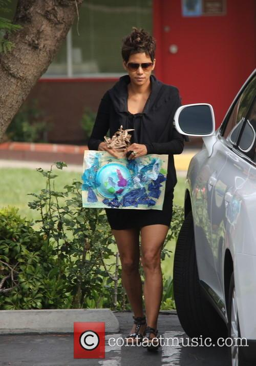 halle berry a pregnant halle berry brings 3679063