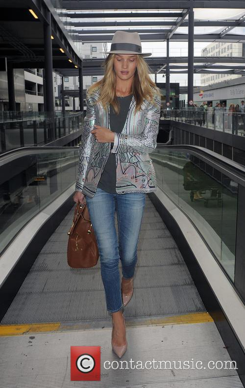 rosie huntington whiteley rosie huntington whiteley arrives at gatwick 3678731