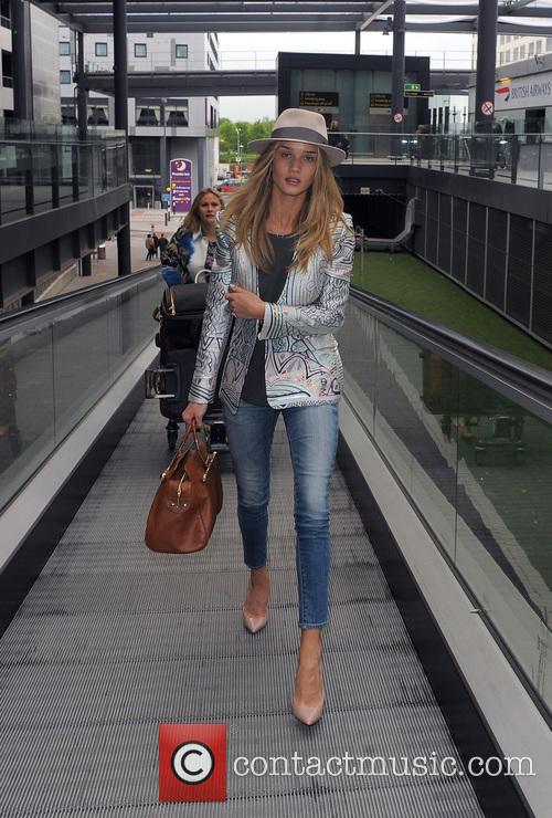 rosie huntington whiteley rosie huntington whiteley arrives at gatwick 3678739