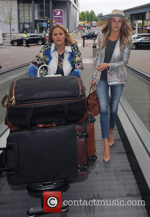 rosie huntington whiteley rosie huntington whiteley arrives at gatwick 3678745
