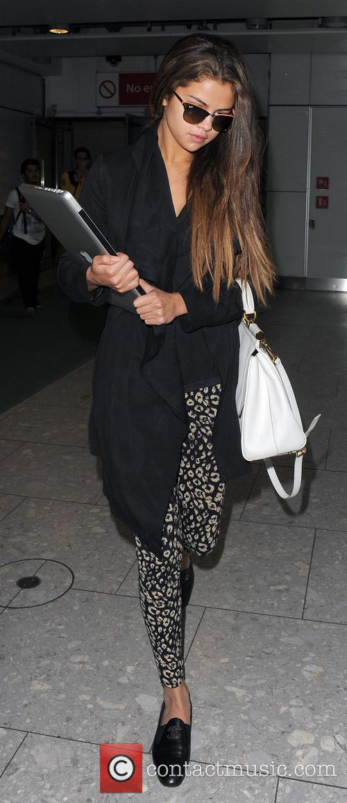 selena gomez selena gomez arriving at heathrow 3679033