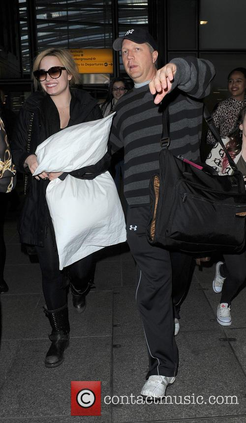 demi lovato demi lovato arrives at heathrow 3688632