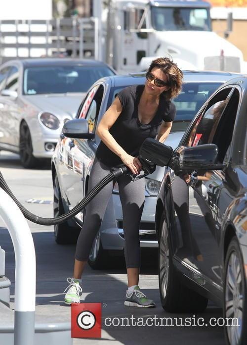 Lisa Rinna pumps gas