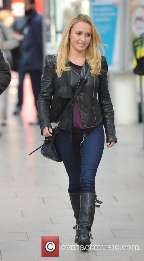 Hayden Panettiere arriving at Manchester Piccadilly train station