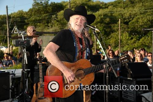 willie nelson benefit performance 3713283