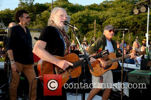 willie nelson benefit performance 3713286