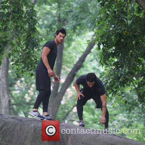 Taylor Lautner wows his fans flying from rock...