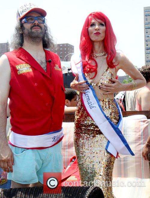 Judah Friedlander and Queen Mermaid Carole Radziwill 4
