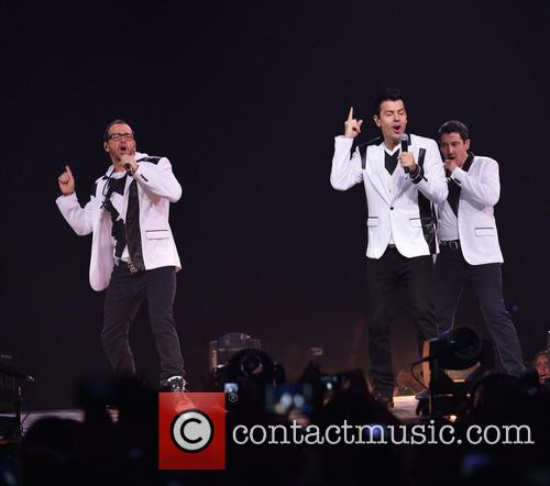 Donnie Wahlberg, Joey McIntyre, Jordan Knight, Jonathan Knight and Danny Wood 32