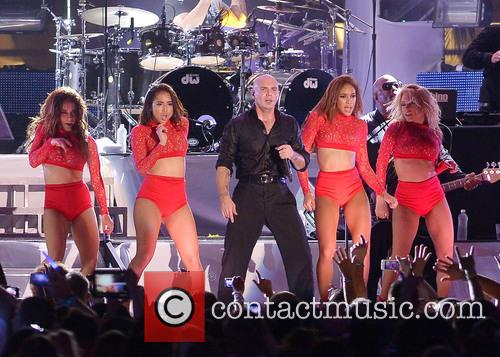 Picture pitbull at fontainebleau miami beach photo for Ultimate pool show