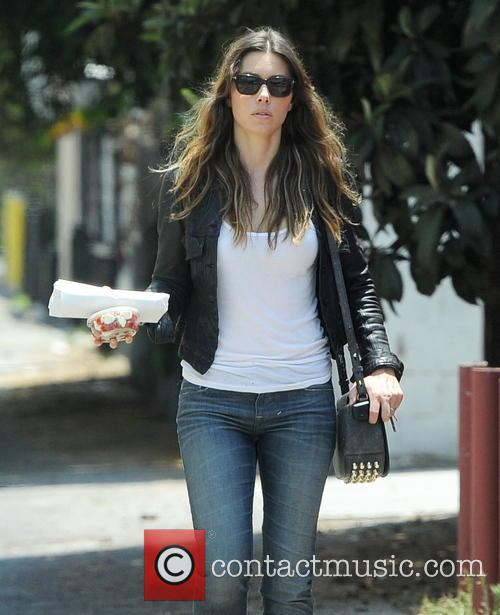 eb7de8c241f jessica-biel-jessica-biel-has-lunch-in 3742772.jpg