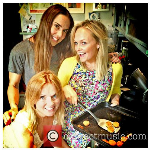 Emma Bunton and Mel C teach Geri Halliwell...