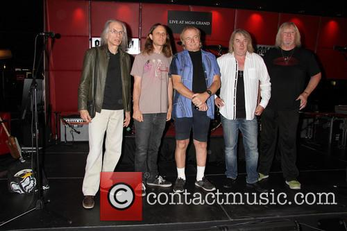 Yes Steve Howe, Jon Davison, Alan White, Geoff Downes and Chris Squires 3