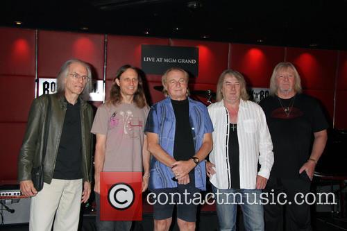 Yes Steve Howe, Jon Davison, Alan White, Geoff Downes and Chris Squires 1