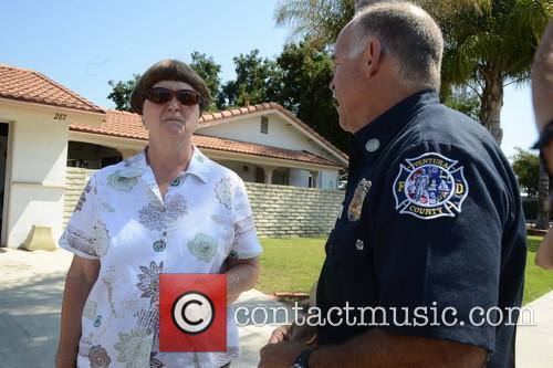 Amanda Bynes, Bonnie Braaten and Fire Capt Scott Dettorre 4