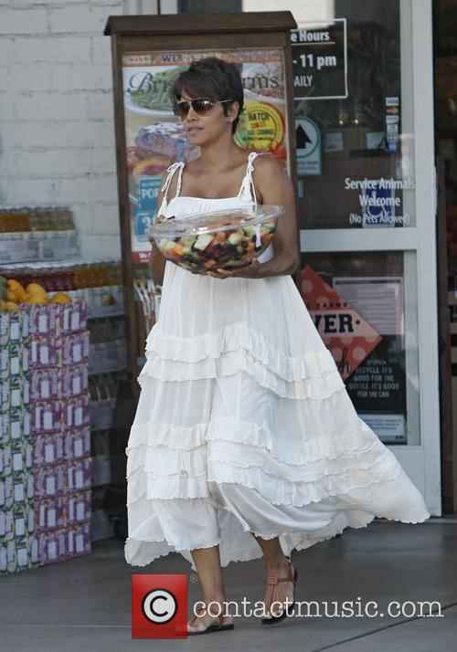 Newlywed Halle Berry picks up a prepackaged fruit salad