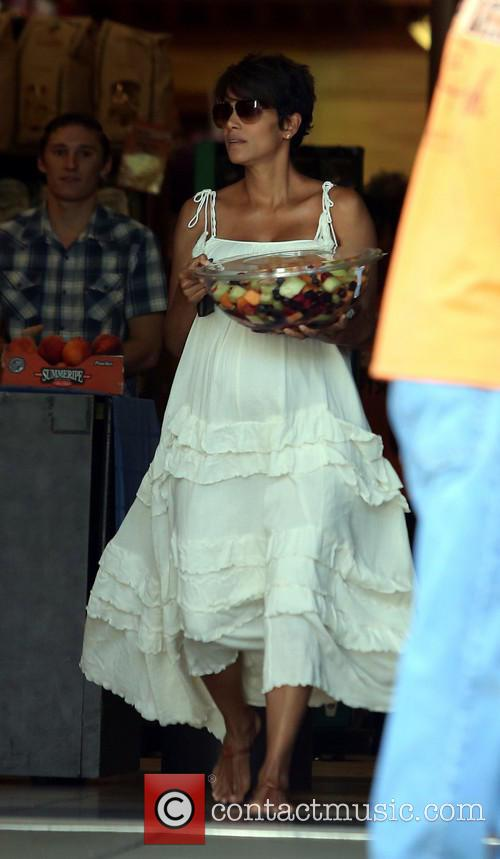 halle berry newlywed halle berry picks up 3784541
