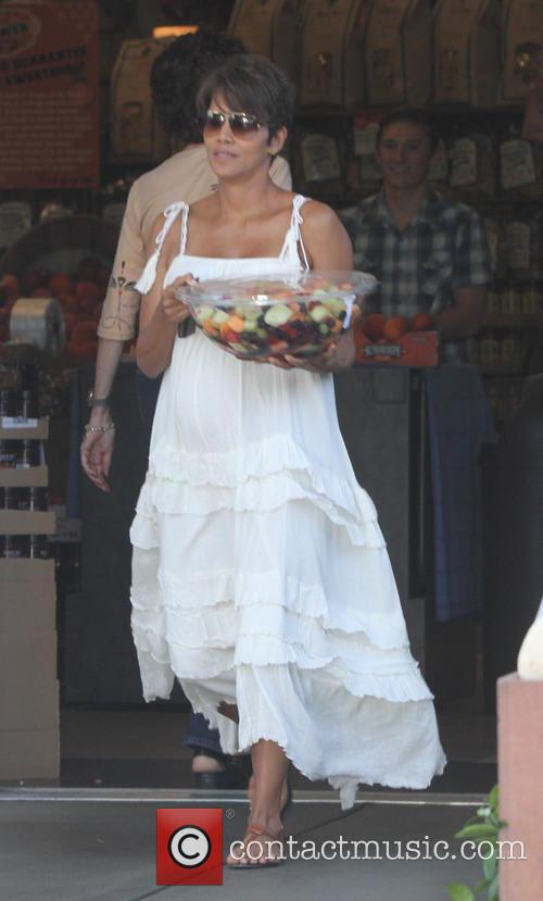 Newlywed Halle Berry picks up fruit salad